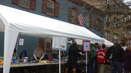 1月20日早上,在华盛顿特区内的居民区,临时搭建的小食品亭,方便行人购买热饮和快餐。(梁砚/大纪元)