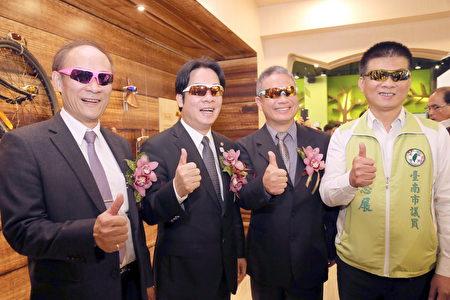 南市经发局长方进呈(左起)、市长赖清德及华美光学总经理陈志铭等戴上运动眼镜比帅。(台南市政府提供)