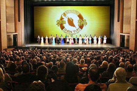 1月10日晚间加州首府沙加缅度政商名流们如潮水般涌入沙加缅度社区中心剧院,观赏神韵纽约艺术团在沙加缅度的第一场演出。(周容/大纪元)