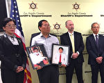 洛县警署在2016年4月15日的新闻会上宣布,残忍杀害两侄儿后逃往香港的史德运已被引渡回洛杉矶受审。左一为受害家庭的律师蔡玟慧,左二持两受害者照片的是受害人父亲林大卫 (David Lin)。(李姗/大纪元)