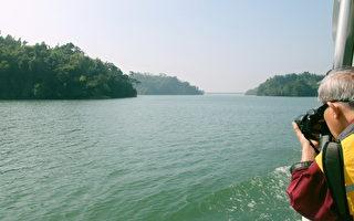 搭乘太陽能水上觀光遊艇遊烏山頭水庫,珊瑚狀分布的島嶼景觀,美景更勝於千島湖。(賴友容/大紀元)