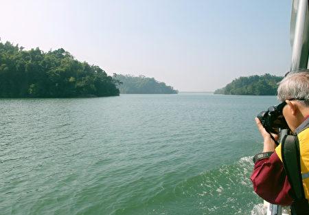 搭乘太阳能水上观光游艇游乌山头水库,珊瑚状分布的岛屿景观,美景更胜于千岛湖。(赖友容/大纪元)