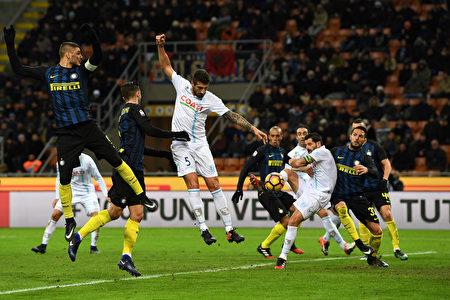 国际米兰主场3:1逆转切沃,取得联赛五连胜。图为双方在比赛中拼抢瞬间。(Valerio Pennicino/Getty Images)