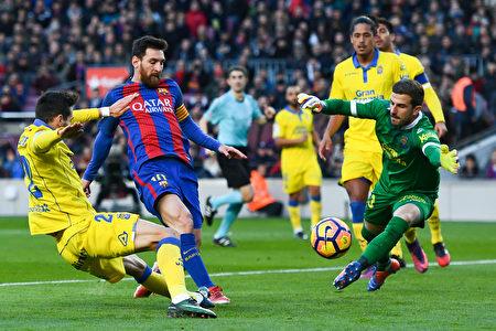 梅西(中)攻破拉斯帕尔马斯球门瞬间。(David Ramos/Getty Images)