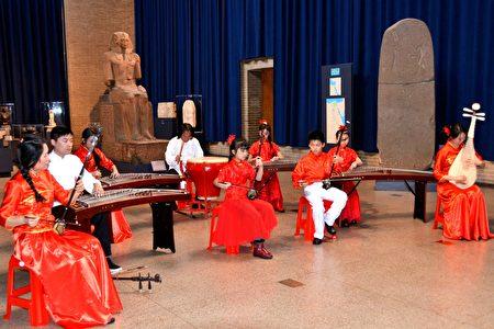 费城华人艺术中心的师生在表演节目。(大纪元/良克霖)