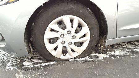 1月6日在田納西州納什維爾演出期間,神韻北美藝術團工作人員的車輛輪胎被扎破。(受訪者提供)