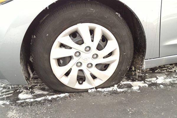 1月6日在田納西州納什維爾演出期間,神韻藝術團工作人員的車輛輪胎被扎破。(受訪者提供)