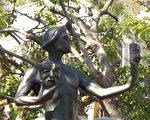 """美国演员工会奖的奖座,是一个""""演员""""(The actor)的青铜雕像,手中拿着代表喜剧和悲剧的两种面具。(薛文/大纪元)"""