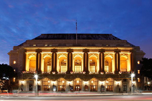 图:神韵纽约艺术团于12月31日新年前夜在旧金山歌剧院(War Memorial Opera House)的首场演出爆满,拉开神韵艺术团在旧金山市8天9场演出的序幕。(大纪元)