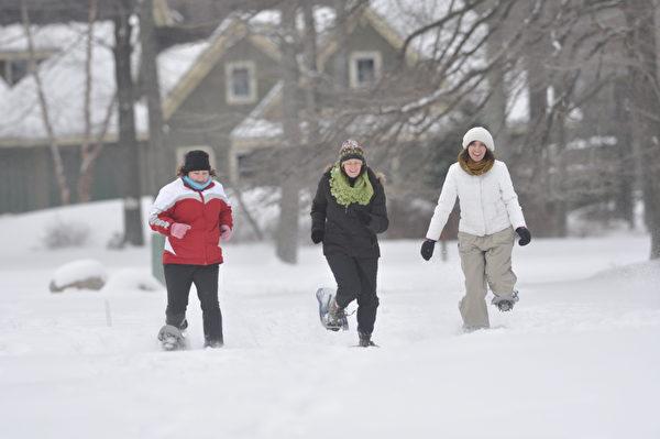 穿雪鞋踏雪。(波可诺景区提供)