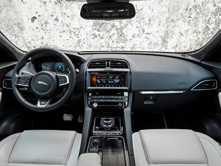 Jaguar F-Pace SUV, 内装简约高档,体现了英伦豪华车的品味。(Jaguar) 图片由旧金山东湾捷豹陆虎车行Cole European Jaguar提供。