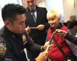 五分局警员现场赠送老人反光标签,老人可以在衣物、手袋或者手杖上贴上反光带,有助于司机警觉,为老人外出安全加分。 (五分局提供)