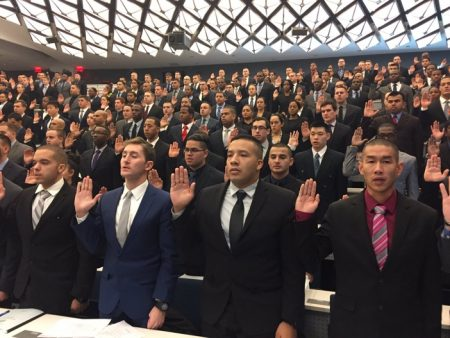 新警察在警察學院入學典禮上宣誓。