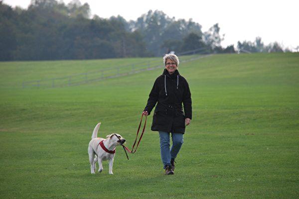 服务犬相伴 美9旬老妇:一起走到世界尽头