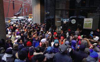 曼哈頓上東城的亨特高中昨天(6日)舉行入學考試,大量考生在現場排隊等候。 (莊翊晨/大紀元)