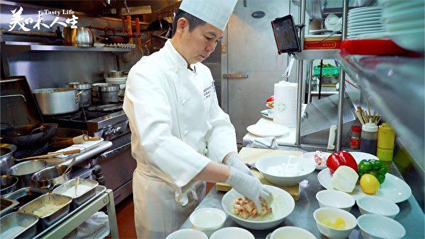 罗师傅对咕咾肉很熟悉 孩提时候大人经常做这道菜(新唐人提供)