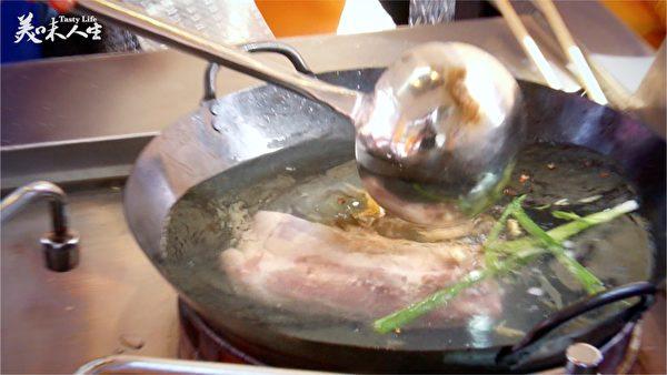 猪肉先汆烫,水中加入葱段、姜片、花椒粒,煮出香味(新唐人提供)