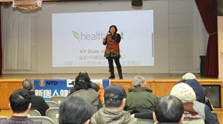 紐約第一保健副總裁吳燁祺正在為民眾講解最新健保政策(攝影/大紀元)