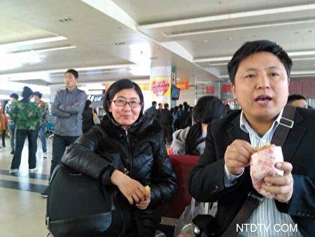 2014年4月4日,陈建刚与王宇律师赴建三江,声援被拘捕的四位人权律师。(大纪元)