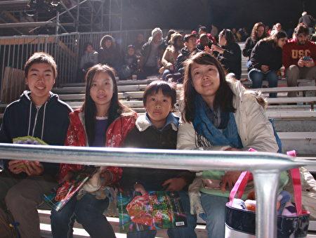 每年欣赏年玫瑰花车游行已成为PaulineLeong家族的新年传统。(徐绣惠/大纪元)