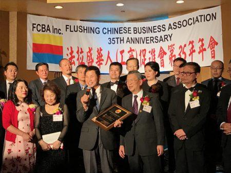 理事长胡师功向陈秋贵颁发杰出华人奖。