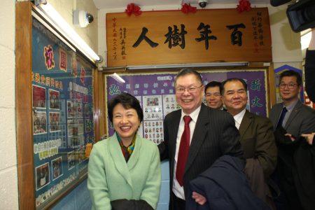 經文處、文教中心和僑領們參觀修葺一新的校舍。