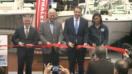 纽约州长库默开幕时也到场剪彩。