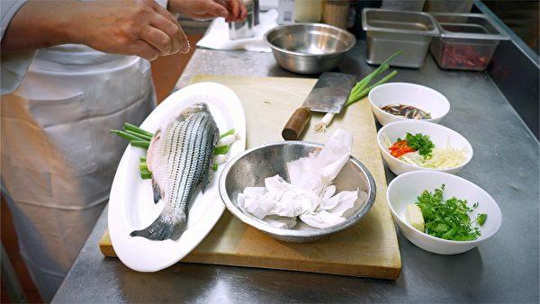 基本的配料 清蒸鱼功在火候跟温度的掌控(新唐人)