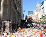 1月22日周日墨尔本市中心撞人案事发现场,不断有民众献上鲜花和玩具表示哀悼。(Lucy Liu/大纪元)