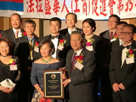 理事长胡师功向前任理事长徐朱留弟颁发社区贡献奖。