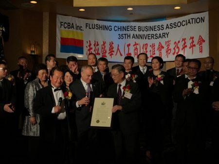 州主计长迪纳波利向华商会颁奖。