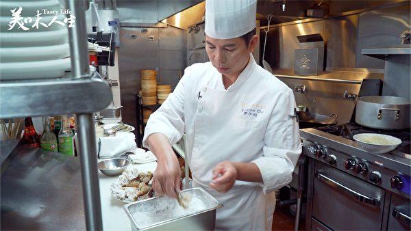 螃蟹连脚切成块状沾粉(新唐人提供)