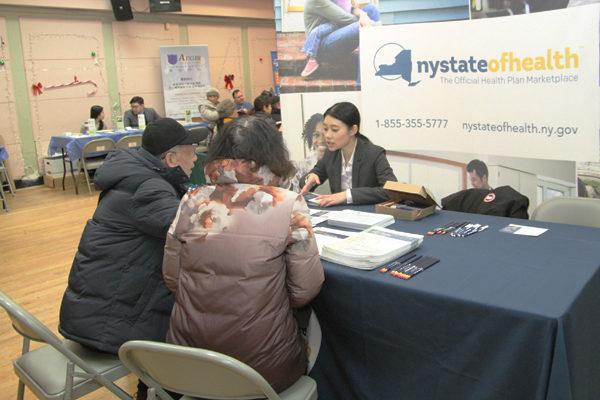 紐約州衛生廳健保市場項目負責人陳敏敏正在為民眾解答問題(攝影/大紀元)