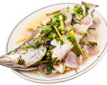 """鱼是华人年夜饭中不可缺少的菜肴,取其""""年年有余""""的吉祥寓意,象征全家年年物质丰庶有余,财务不虞匮乏。(Fotolia)"""