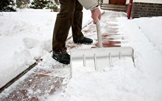 铲雪是一项危险的活动。每年大约有100人死于铲雪,主要是心脏病发作。(fotolia)