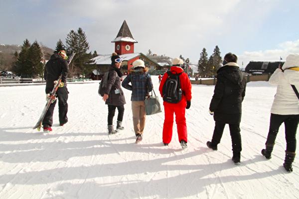去滑雪的路上。(大纪元)
