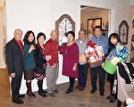 圖:同源會成員、房屋仲介Dorothy Yee(左5)和抽中獎品的會員們合影。(易永琦/大紀元)