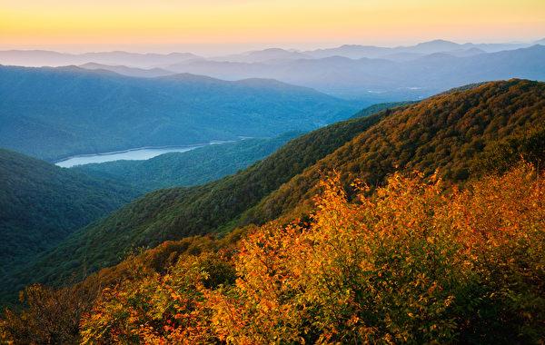 """著名的风景区蓝岭 山(the Blue RidgeMountains)。上图的红雀是一种常见于北美的小鸟,""""红雀号""""所经过的六个州均以这种小鸟作为州鸟,因而命名。(Shutterstock)"""