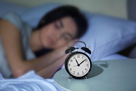 中医认为,可昼夜阴阳消长规律,以子时和丑时熟睡,针对保养五脏很重大,睡眠质量会更高。(Shutterstock)