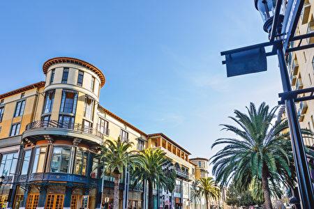 湾区房价近年屡创新高,买房不易。(Shutterstock)