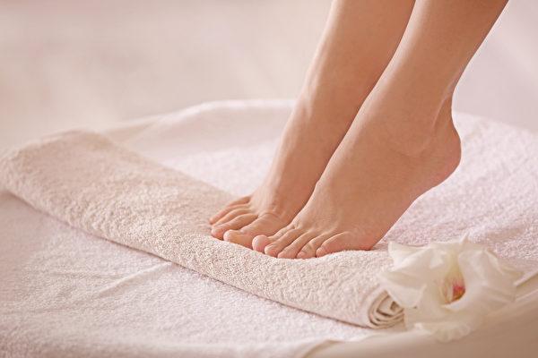 脚臭或脚后跟干裂虽然不是大毛病,但也会让人感觉不适,甚至影响心情。如果你有这方面的烦恼,可以试试每日医学(Medical Daily)网站推荐的5个天然疗法,或许能解决你的问题。(Shutterstock)