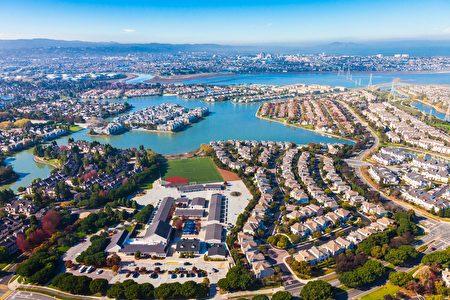 红木海岸(Redwood Shores)有许多临水岸的房产,不同于湾区许多城市。(Shutterstock)