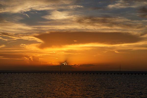 美国的第二大盐水湖——庞恰特雷恩湖(LakePontchartrain)日落美景。(Shutterstock)