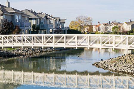 红木海岸的社区内有湖泊、水道环绕,有小桥作为通道。(Shutterstock)