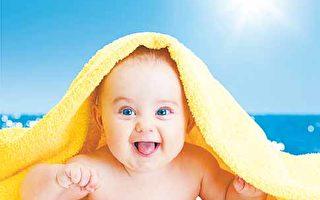 浴巾上充斥著微生物和人體分泌物,應該經常清理,以保持個人衛生。圖為一名嬰兒與浴巾。(Fotolia)