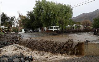 天降豪雨固令大面积地区摆脱旱情,但同时也造成洪水泛滥,道路被冲毁、民居被淹。(Justin Sullivan/Getty )