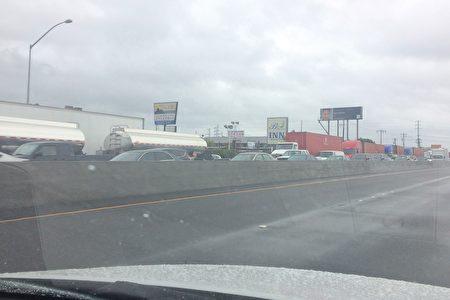 1月10日中午,奥克兰880高速路在High Street出口附近关闭道路1个多小时,塞车绵延数英里。(大纪元)