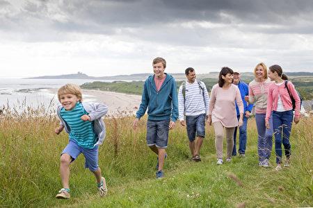 在美国,如果每个人每天走1万步,可能每年会降低5千亿美元的医疗保健预算。但实际上很少有人能做到。如果更多人能做到的话,慢性疾病的患病率将会大幅降低。(Fotolia)