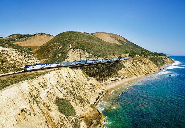 海岸星光号所经过的壮丽深蓝海景。(Amtrak提供)