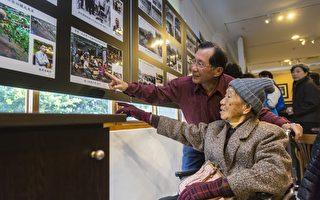 李宗礼带着101岁的母亲参观照片展。(林鸿儒提供)